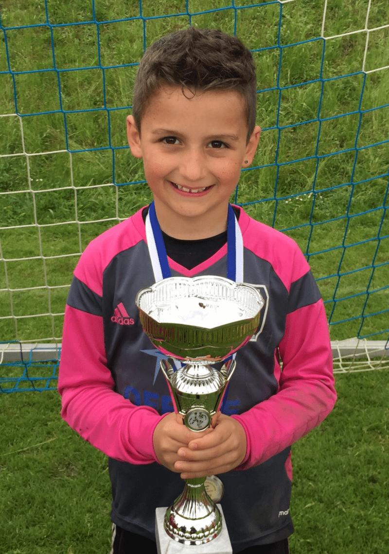 Der 8 Jahre alte Eman kann als bester Nachwuchsspieler gekührt werden., © Der stolze Eman aus München mit seinem Pokal