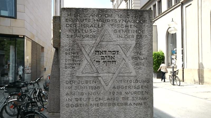Der Gedenkstein in der Herzog-Max-Straße in München., © Der Gedenkstein erinnert an die alte Hauptsynagoge in München.