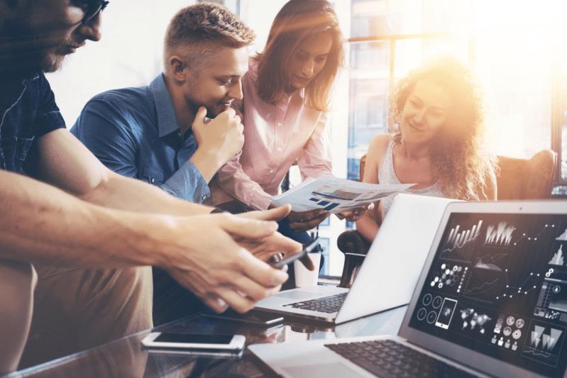 Vielfältige interne Abläufe, © Bei Startup-Unternehmen geht es meistens heiß her und die anfallenden Aufgaben sind sehr vielfältig. Bildquelle: SFIO CRACHO – 478732903 / Shutterstock.com
