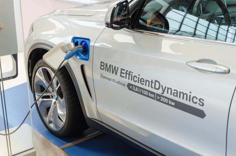 Ein Elektroauto von BMW wird auf einer Ausstellung aufgeladen., © Bildquelle: servickuz – 216798667 / Shutterstock.com
