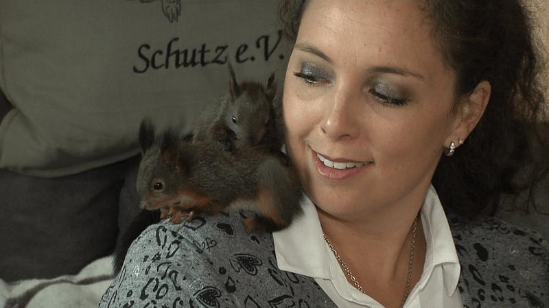 Sabine Gallenberger mit Eichhörnchen