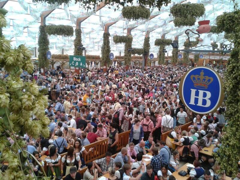 Hofbräu Festzelt Oktoberfest 2014 erster Tag kurz nach 9Uhr