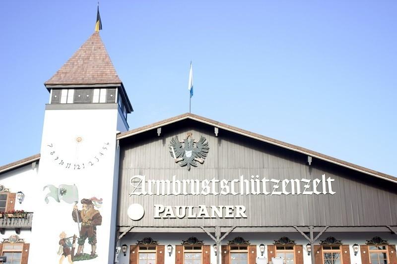 Armbrustschützenzelt Oktoberfest Wiesn München Tags von vorne
