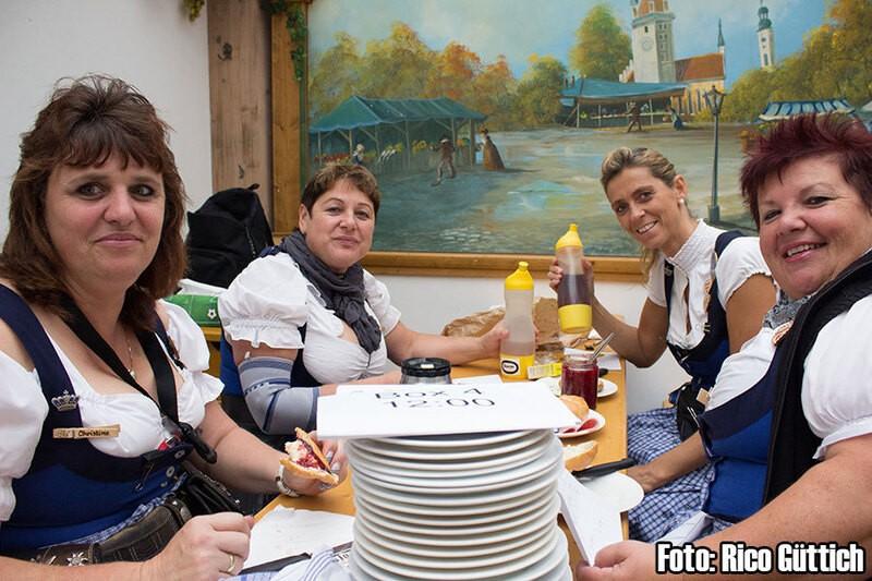 Bedienungen auf der Wiesn - Oktoberfest