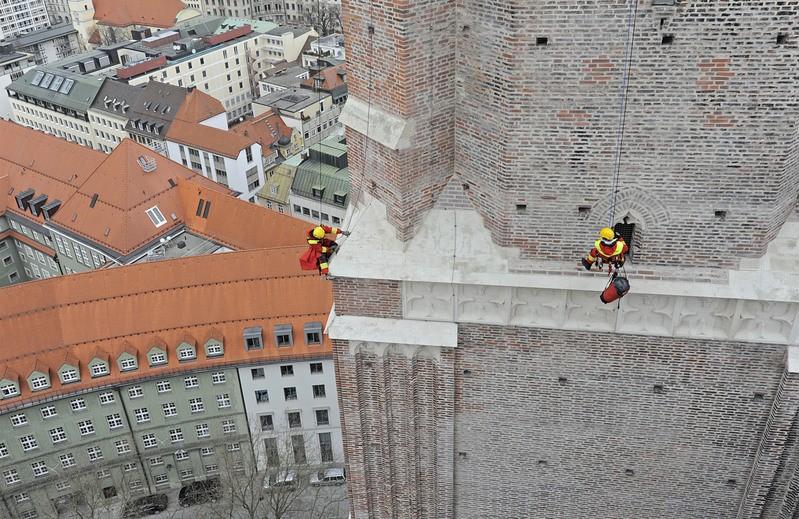 Feuerwehr Rettet Turmfalke auf Frauenkirche in München, © Foto der Berufsfeuerwehr München