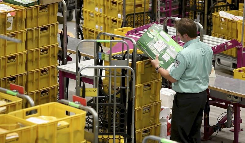 Zollbeamter bei der Kontrolle von Postpaketen, © Zollbeamter bei der Kontrolle von Postpaketen