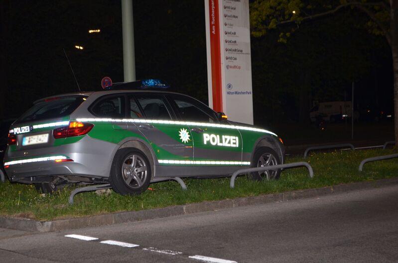 Verunfalltes Polizeifahrzeug bei Verfolgungsjagd mit 16-Jährigen in München, © Polizeipräsidium München
