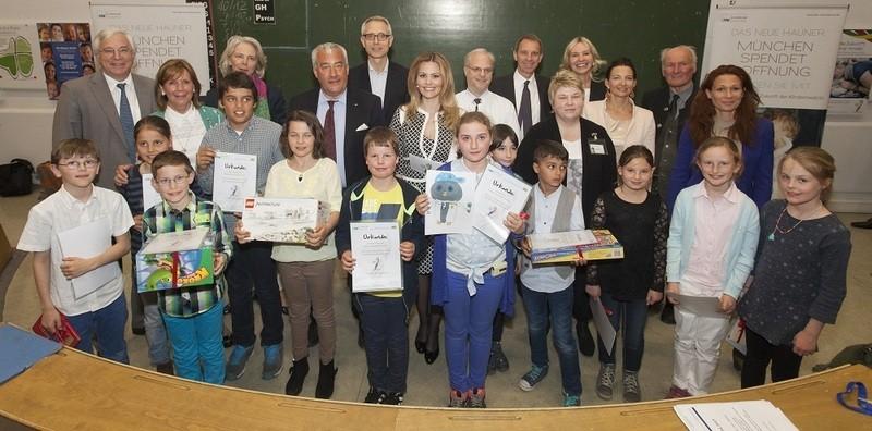 © Die Jury des Malwettbewerbs zusammen mit den 9 Finalisten im Malwettbewerb (Quelle: Klinikum der Universität München)