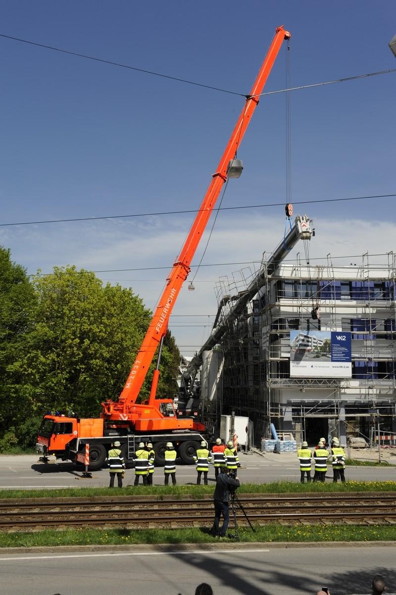 Umgestürzter Kran in der Kreillerstraße, © Foto: Berufsfeuerwehr München