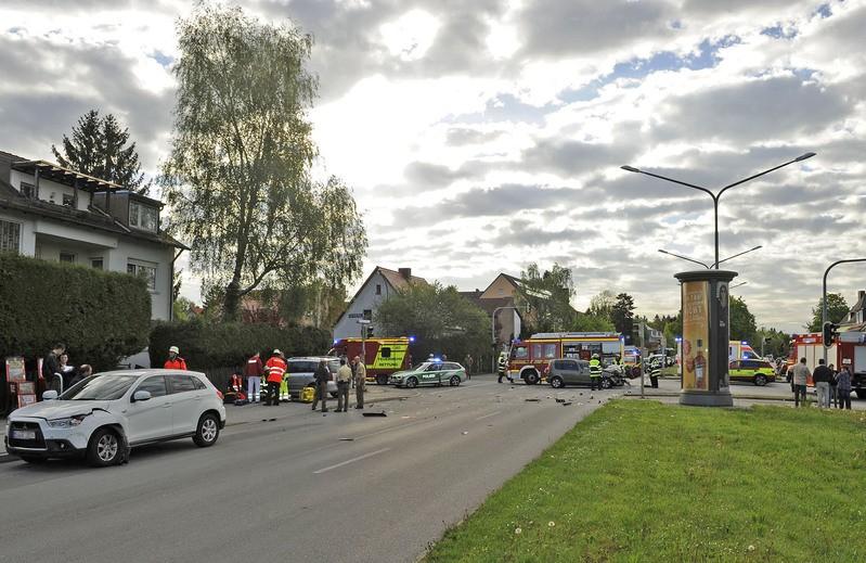 Unfall an der Kreuzung Heinrich-Wieland-Straße und St.-Veit-Straße in Ramersdorf, © Hier rauschten drei Fahrzeuge ineinander  Foto: Berufsfeuerwehr  München