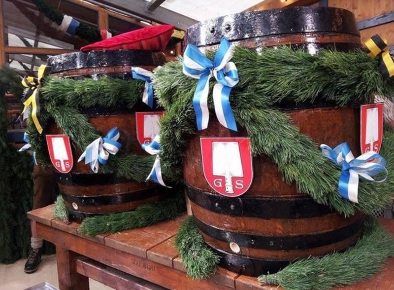 Fässer zum Anzapfen im Schottenhamel Festzelt, © Mal sehen, wie viele Schläge Dieter Reiter auf der diesjährigen Wiesn braucht. Sie Können beim Oktoberfest-Anstich dabei sein.