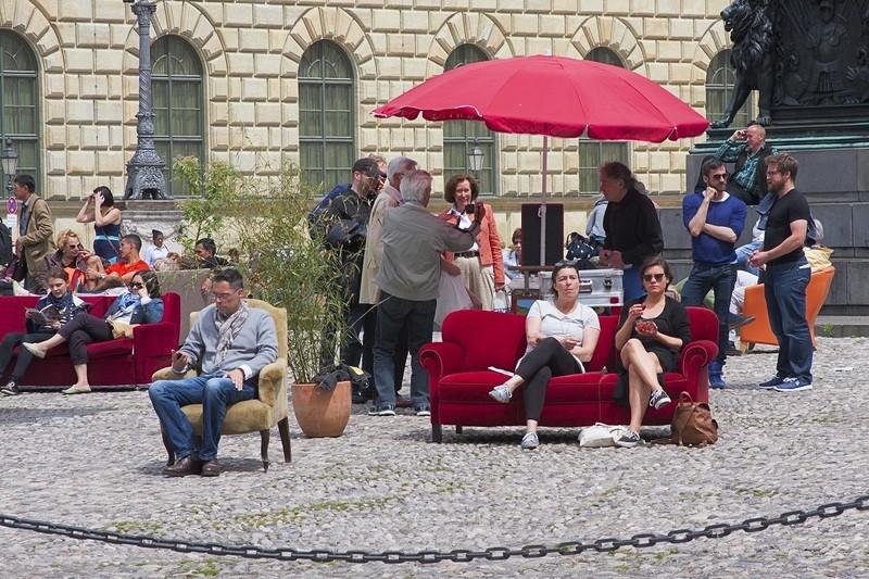 Möbel auf dem Max-Joseph-Platz vor der Bayerischen Staatsoper, © Foto: Marino Solokhov