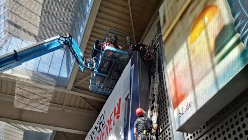 Bundespolizei entfernt Plakat am Münchner Haupbahnhof, © Foto: Bundespolizei