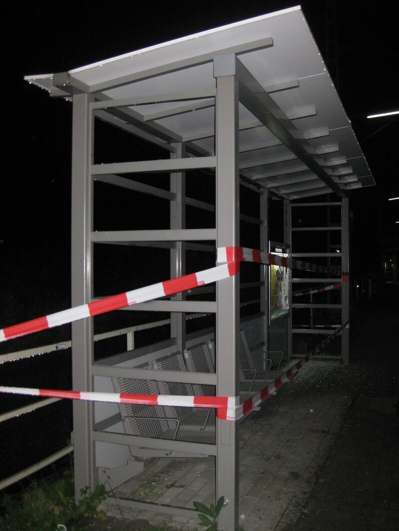 Kaputtes Glas Fasanerie - S-Bahn München , © Sinnlose Zerstörungswut an der S-Bahn Fasanierie - Foto: Bundespolizei