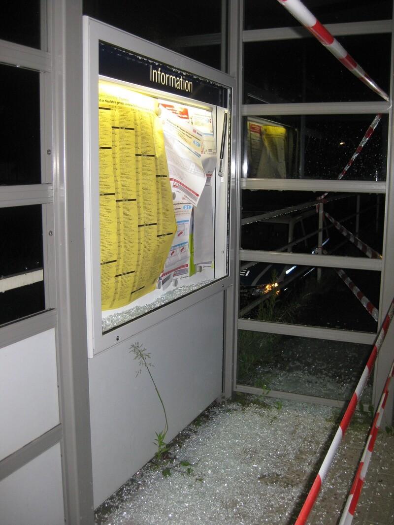 Entglastes Schaufenster am S-Bahnpunkt Fasanerie, © Vollkommen zerstört: Entglastes Schaufenster am S-Bahnpunkt Fasanerie - Foto: Bundespolizei