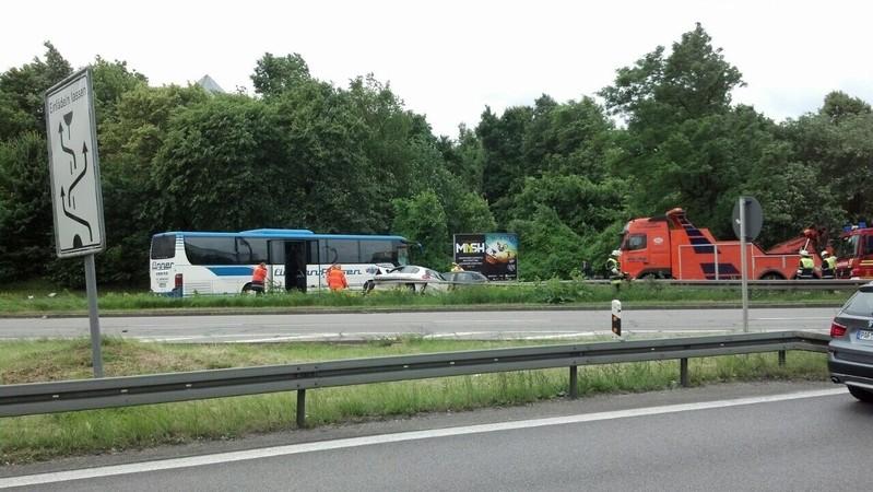 Mittlerer Ring: Reisebus kracht in Leitplanke, © Mittlerer Ring: Reisebus kracht in Leitplanke