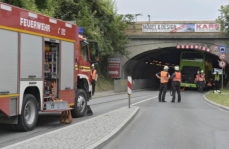 Feuerwehr im Bus-Befreiungs-Einsatz, © Hier zieht die Feuerwehr den Bus wieder aus der Unterführung - Foto: Berufsfeuerwehr München