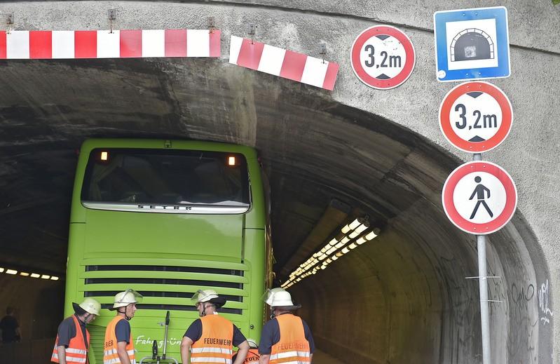 Bus in Unterführung festgefahren, © Foto: Berufsfeuerwehr München