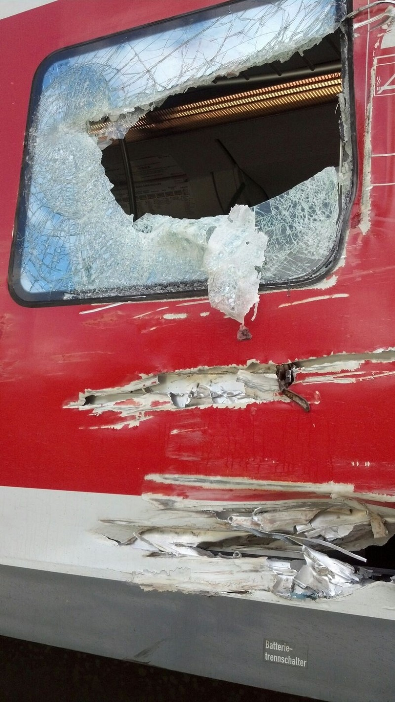 Zerstörte Scheibe des S-Bahnzugs nach Unfall