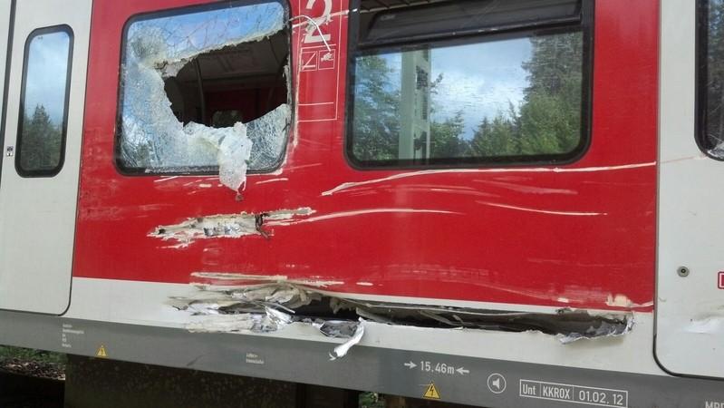 Zerstörte Seite eines S-Bahnwagons nach Unfall