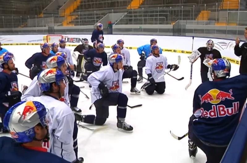 Spieler des EHC München knien auf dem Eis