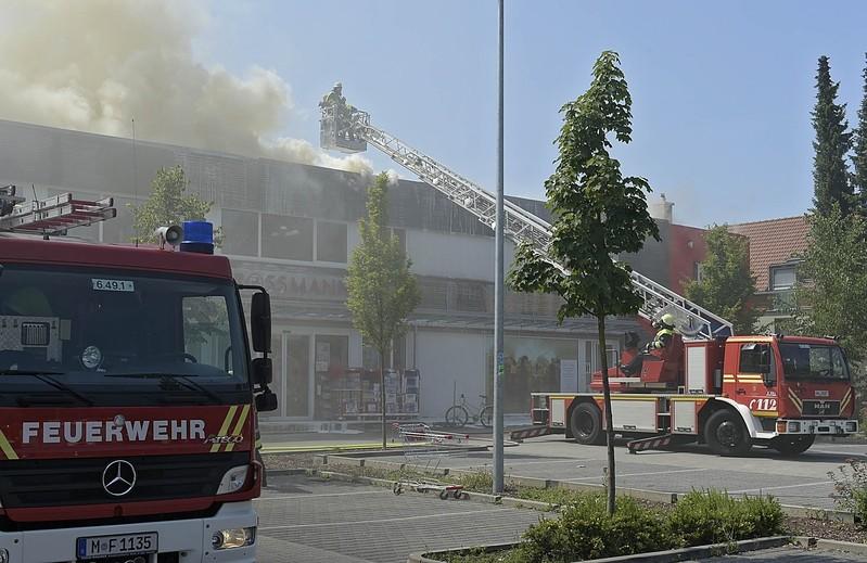 Feuerwehr löscht Brand auf Dach, © Foto: Berufsfeuerwehr München