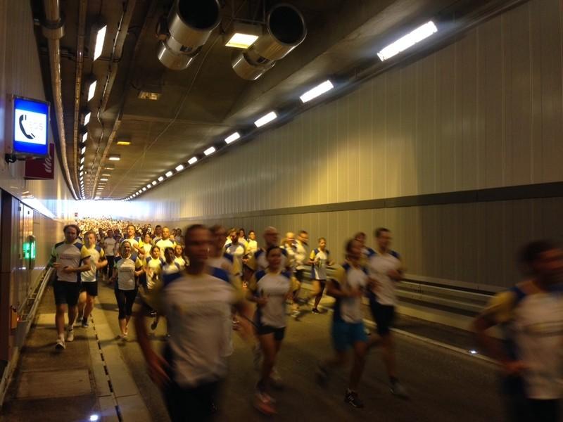 Läufer durchqueren den Luise-Kiesselbach-Tunnel, © 1500 Läufer durften den einmaligen Tunnellauf genießen Foto: Red