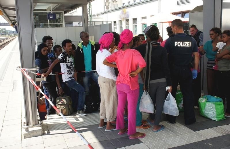© Asylbewerber warten am Bahnhof Rosenheim - Foto: Bundespolizei
