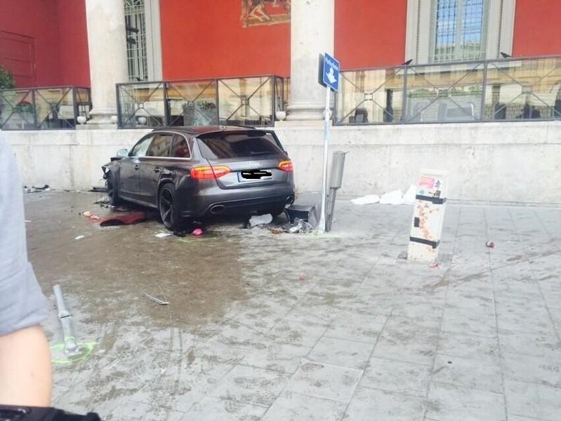 Nach Kollision mit BMW - Audi schleudert vor Münchner Staatsoper in Personengruppe - Schaden, © Nach Kollision mit BMW - Audi schleudert vor Münchner Staatsoper in Personengruppe