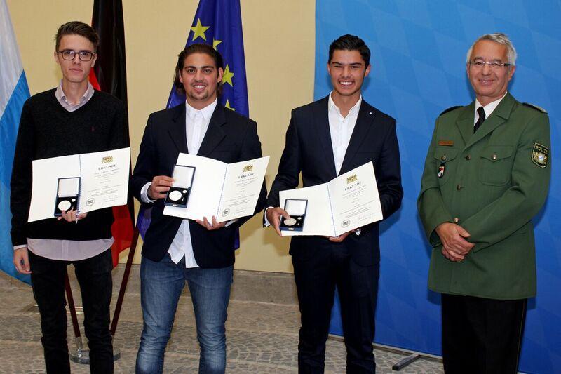© Mete Utuk, Melih Hut und Mario Neuber bei der Verleihung - Foto: Bayerisches Innenministerium