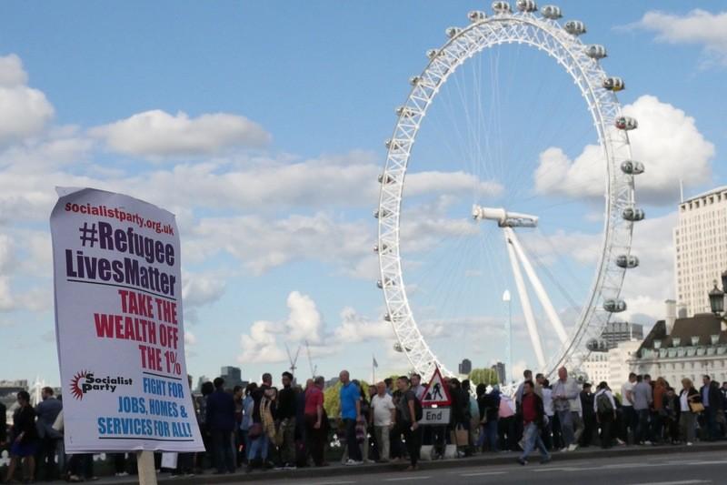 © Nicht ganz das Wiesn-Riesenrad: Demonstration für Flüchtlinge am Fuße des London Eye