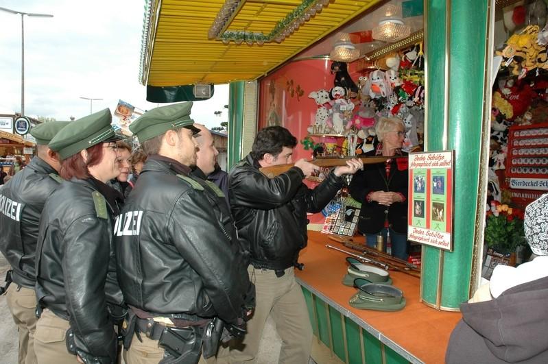 Polizisten an einem Schießstand auf dem Oktoberfest, © Polizei München