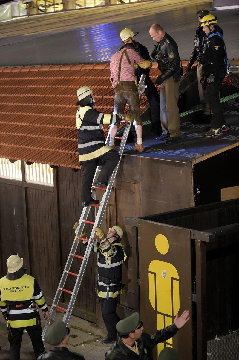 Feuerwehr und Polizei retten einen Wiesnbesucher vom Dach des Winzerer Fähndl, © Foto: Berufsfeuerwehr München