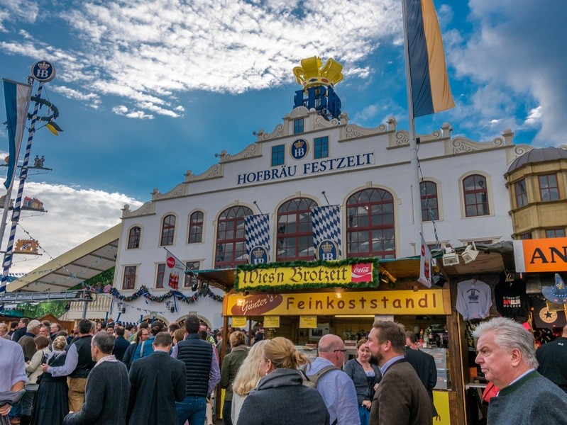 Das Hofbräu-Festzelt bei Tag