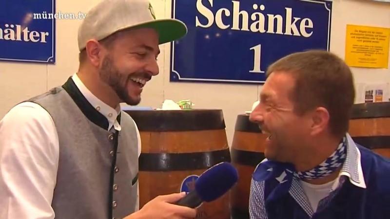"""© """"Unser münchen.tv Moderator Marco mit Monaco Duck Cap auf der Wiesn"""""""