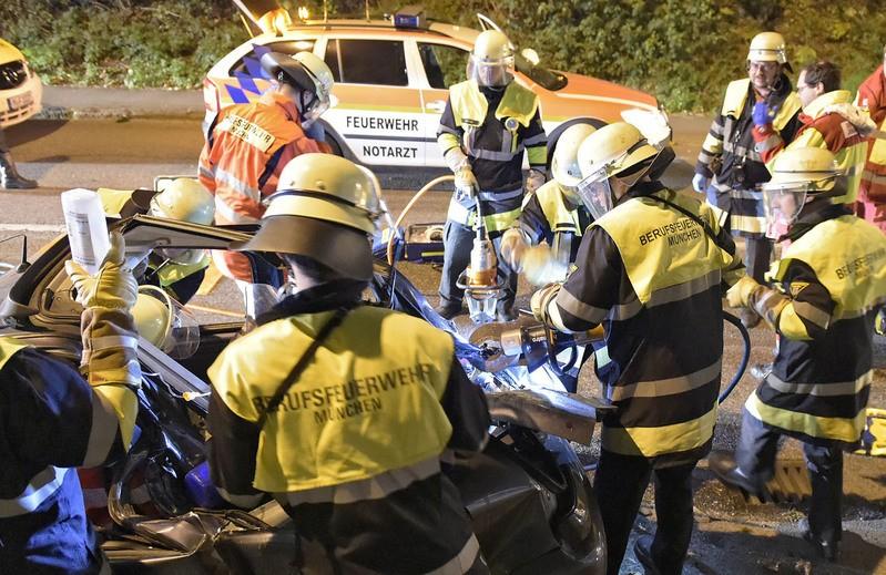 Feuerwehrmänner bergen am Unfallort, © Foto: Berufsfeuerwehr München