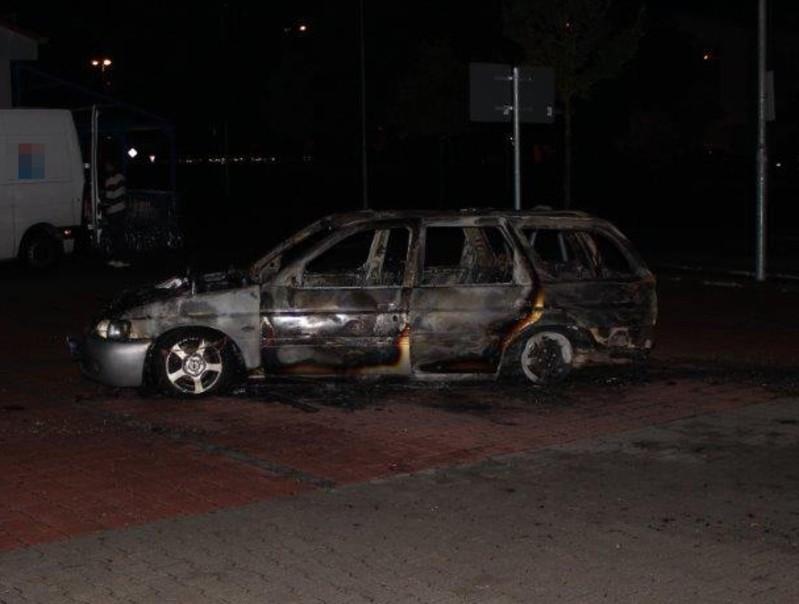 © Foto des ausgebrannten Fluchtfahrzeugs - Bild: Polizei