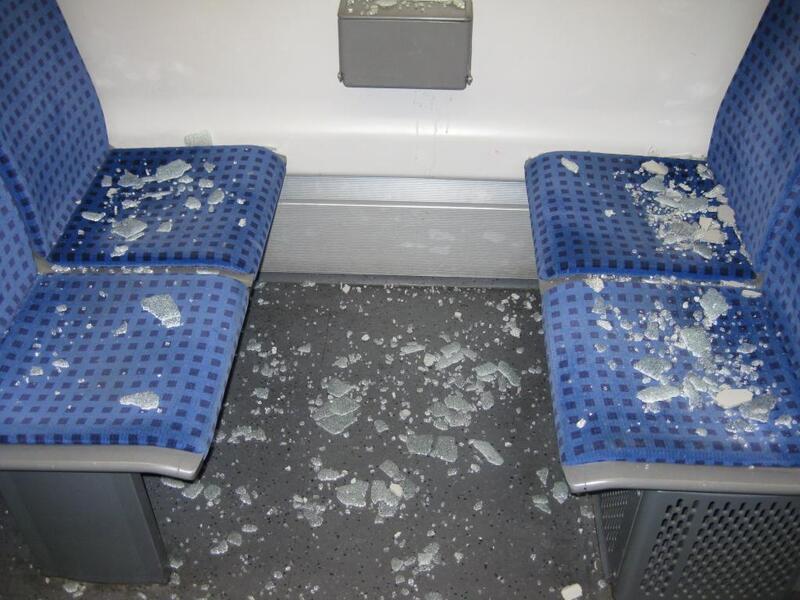 S-Bahn, Scherben, Betrunkener, © Betrunkener randaliert in S-Bahn.