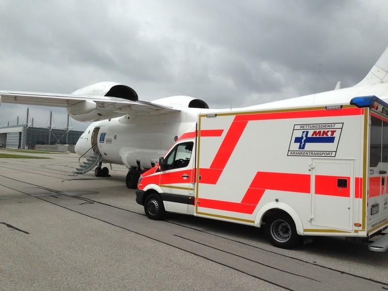 Ein Rettungswagen der MKT bei einem Flugzeug, © MKT