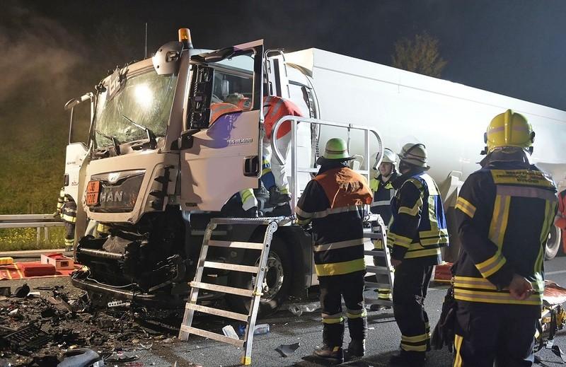 feuerwehr A9 unfall 3 autos 3 lkw, © Foto der Berufsfeuerwehr München