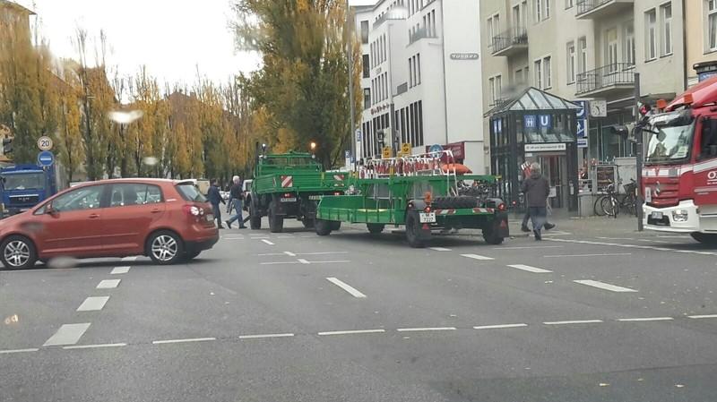 Die Sicherheitskräfte errichten schonmal Sperren auf der Leopoldstraße