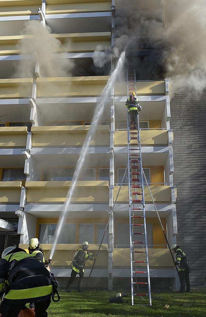 Die Feuerwehr löscht den Brand eines Wohnhauses, © Foto: Berufsfeuerwehr München