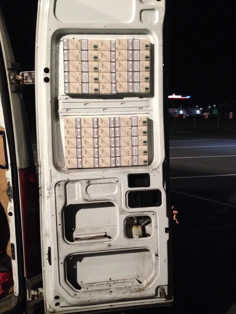 Zigarettenstangen im Innenraum eines Kleintransporters, © Foto: Bundeszollverwaltung