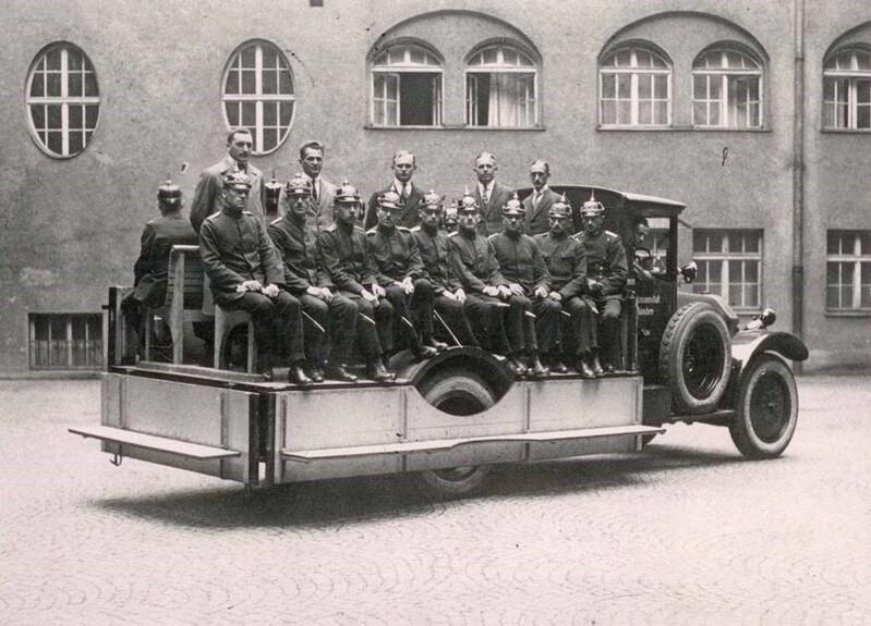 Polizisten sitzen im Jahr 1920 auf einem Mannschaftswagen, © Foto: Polizei München