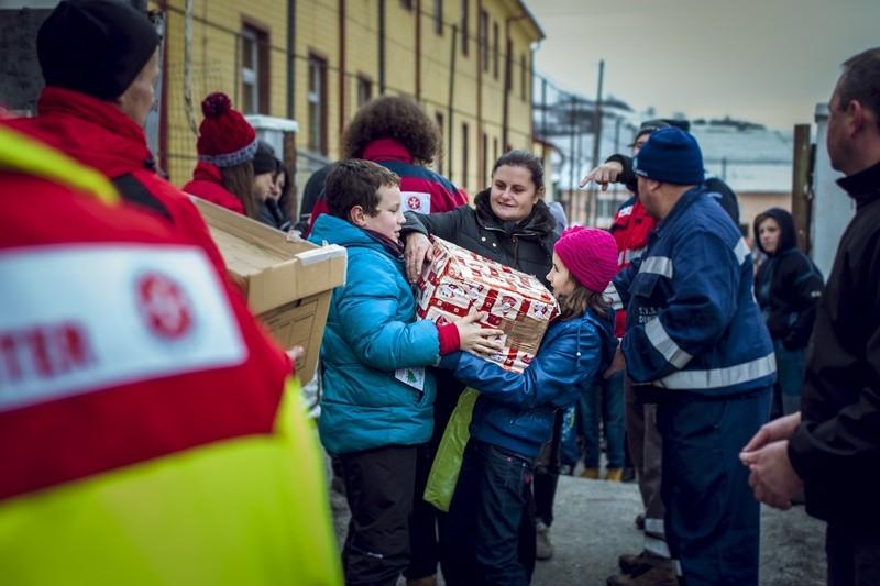 Johanniter bringen Menschen Pakete, © Foto: Tobias Grosser