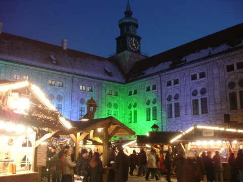 weihnachtsdorf in der Residenz beleuchtet