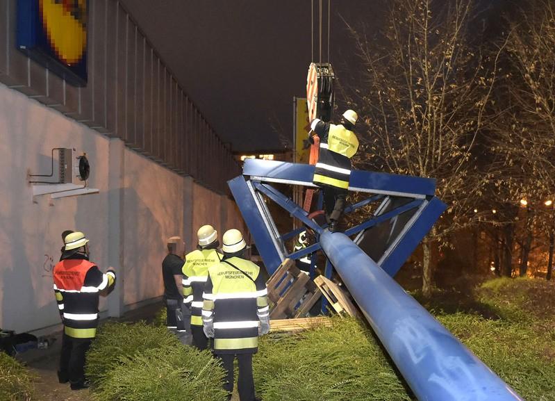 Feuerwehr sichert Werbetafel, © Foto: Branddirektion München