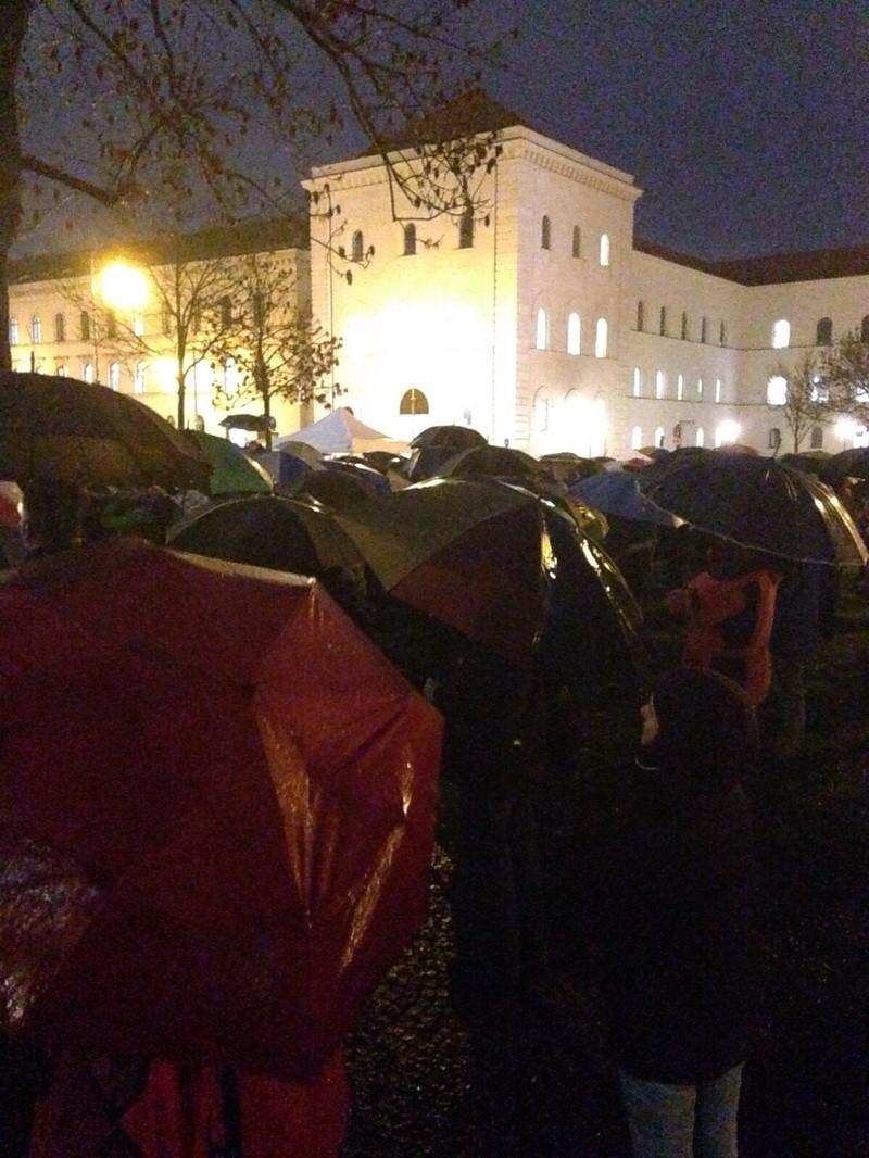 muslimen demo bei regen
