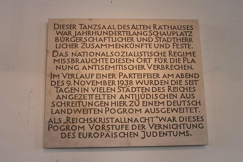 Gedenktafel am EIngang zum Tanzsaal in Erinnerung an die Reichsprogromnacht am 9. November 1938, © Gedenktafel am Eingang des Tanzsaals in Erinnerung an die Reichsprogromnacht am 9. November 1938