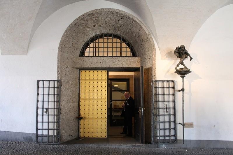 Vergoldete Eingangstür zum Tanzsaal im alten Rathaus, © Vergoldete Eingagstür zum Tanzsaal